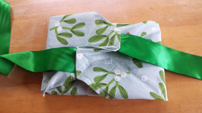 Reusable fabric gift wrap tutorial by Lellobird